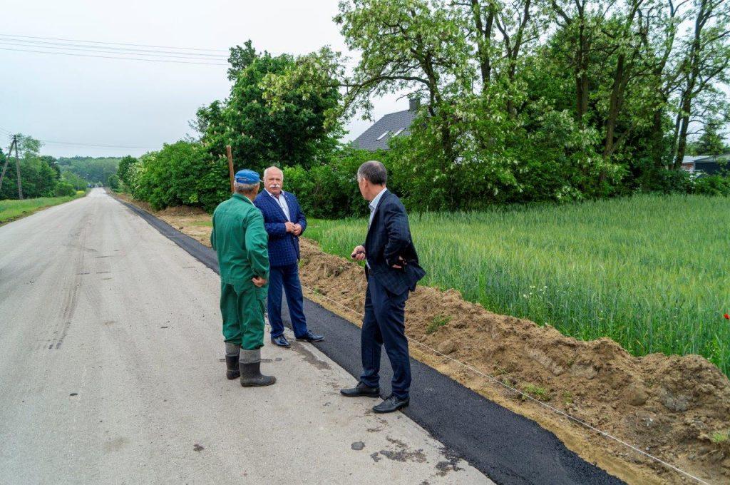 Starosta Chełmski orazRadny Rady Powiatu wChełmie podczas remontu drogi powiatowej