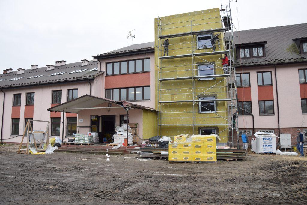 Remontowany budynek Domu Pomocy Społecznej wRejowcu
