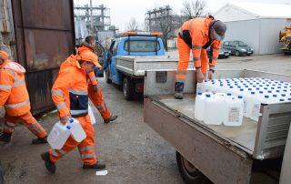 Pracownicy Starostwa przy rozdysponowaniu płynów do dezynfekcji