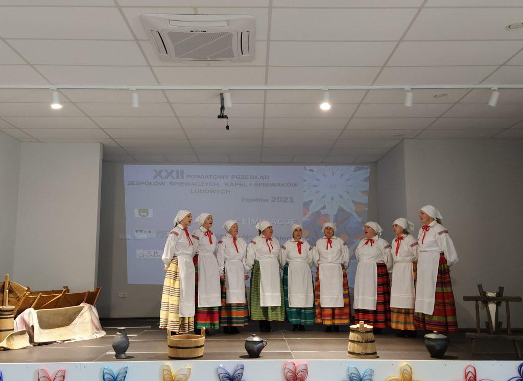 dziewięć kobiet nascenie śpiewających wstrojach ludowych