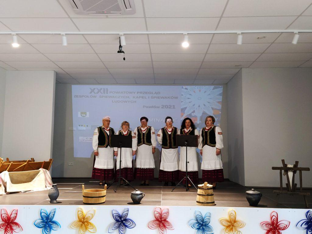 sześć kobiet nascenie śpiewających wstrojach ludowych
