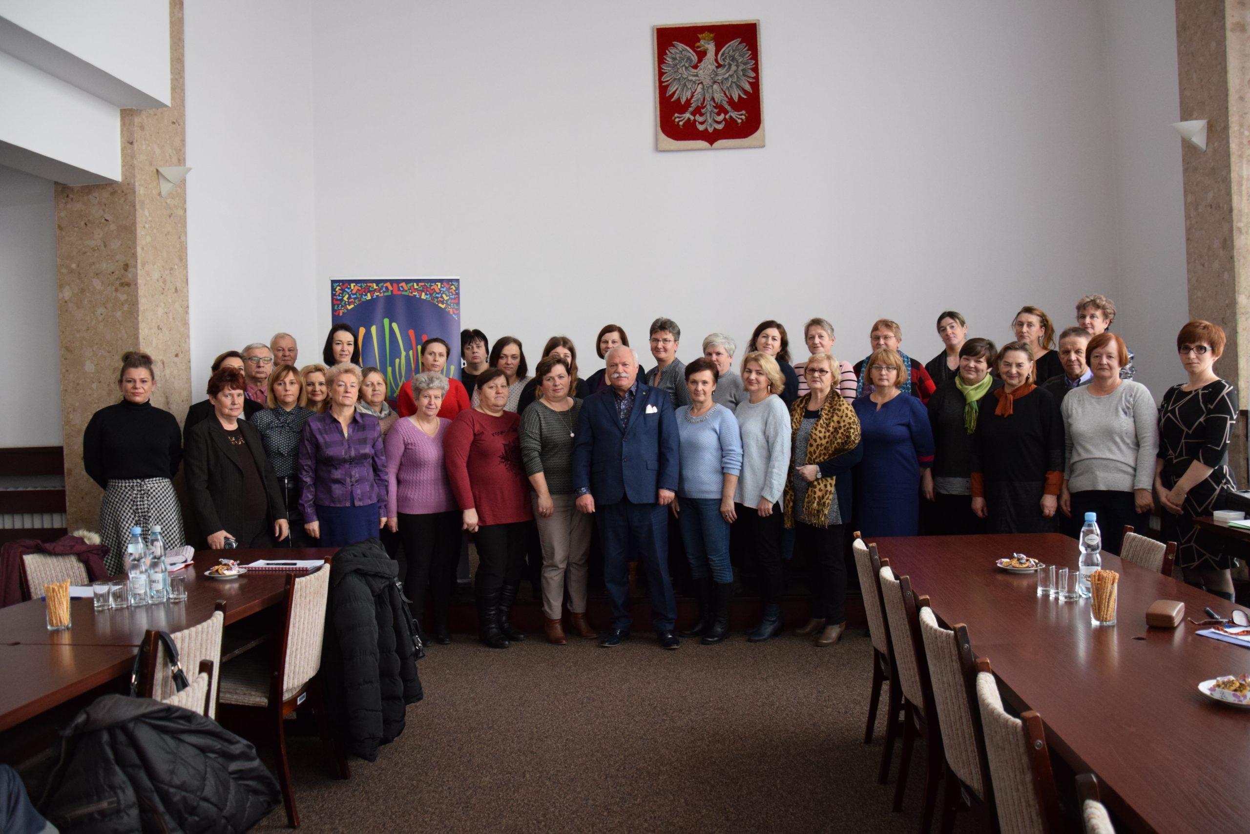 Starosta Chełmski Piotr Deniszczuk wraz zprzedstawicielami KGW