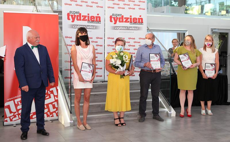 Kilka osób trzymających dyplomy