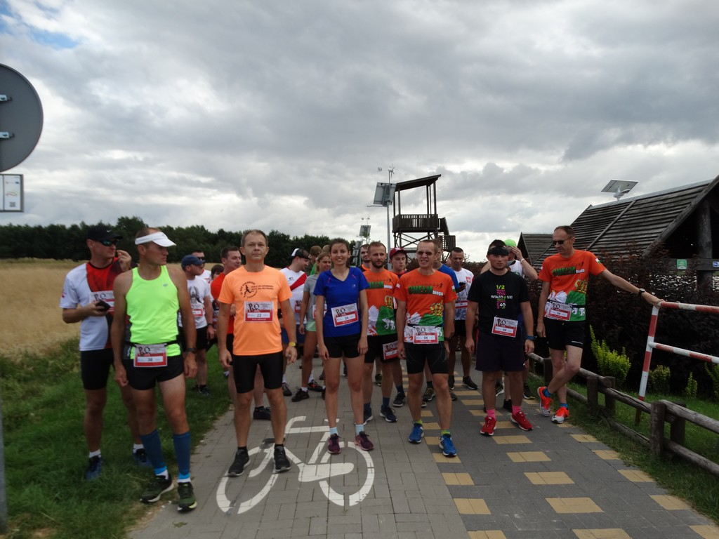 Grupa osób przd biegiem