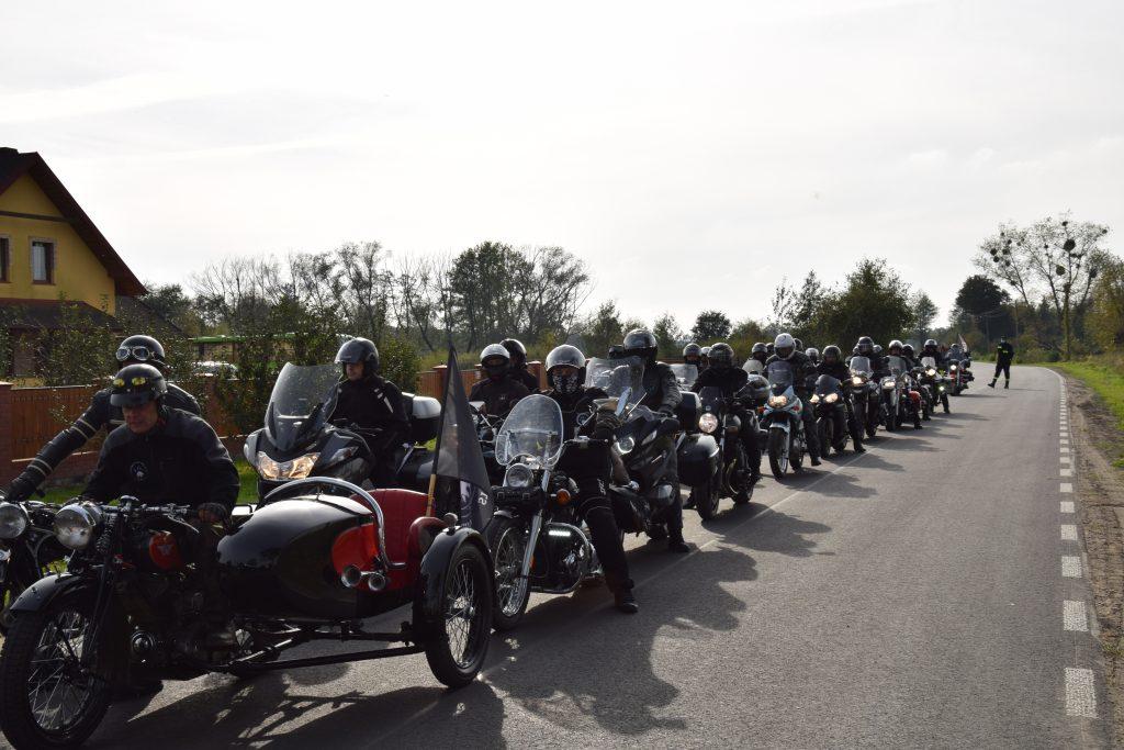 Motocykliści podczas parady nadrodze