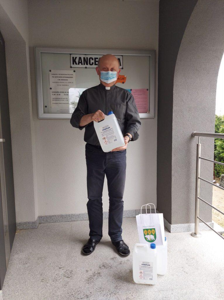 Jedna osoba trzymająca płyn dodezynfekcji