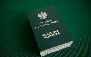książeczka wojskowa na zielonym tle