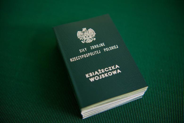 książeczka wojskowa nazielonym tle