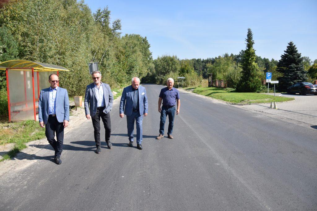cztery osoby idące podrodze